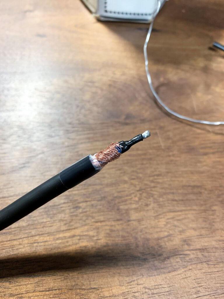芯線に熱収縮チューブをかぶせます